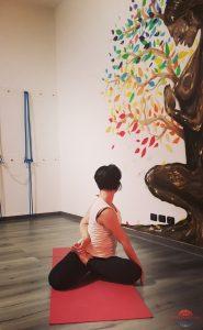 posizione yoga bharadvajasana