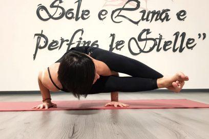 La forza del cuore: la posizione yoga di astavakrasana
